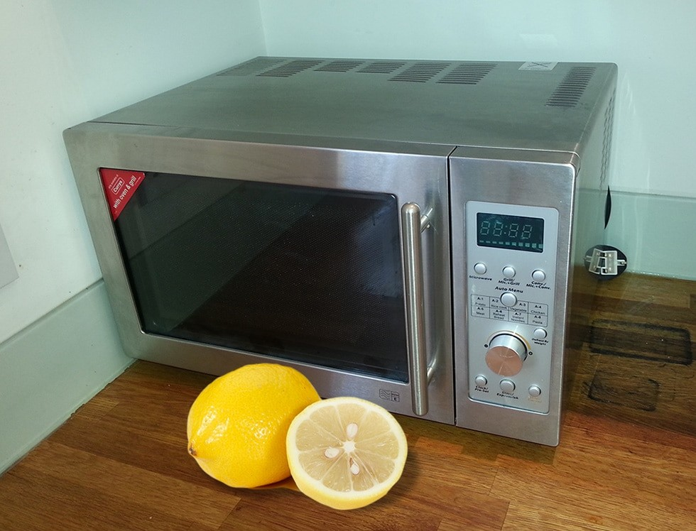 clean a microwave with lemon